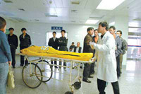 Photo:Liu Hongbin, a 20-year-old student from Beijing Jiaotong University, is announced dead after losing consciousness during the Beijing International Marathon, October 17, 2004.