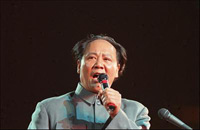 Photo:File photo shows Chinese actor Gu Yue, famous for playing Mao Zedong, makes a speech during a film festival in Guilin, southwest China's Guangxi Zhuang Autonomous Region in 1992 .