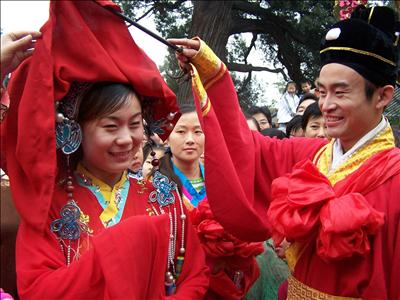 Actors perform a Chinese traditional wedding ceremony which attracts lots