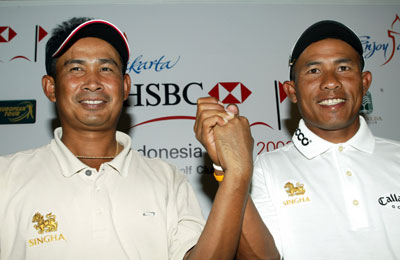 Photo:Thai golfers Thaworn Wiratchant (left) and Thongchai Jaidee at a press conference ahead of Thursday's Enjoy Jakarta HSBC Indonesia Open.