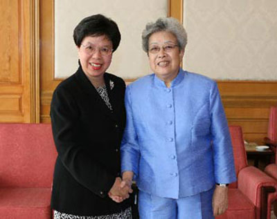 Chinese Vice Premier Wu Yi (R) shakes hands with Margaret Chan, Assistant Director-General for Communicable Diseases of the World Health Organization (WHO)