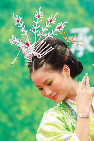 A model shows off the hairstyle and hair decoration popular with women in