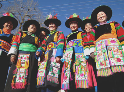 People's Daily Online -- Traditional Tu ethnic group outfits