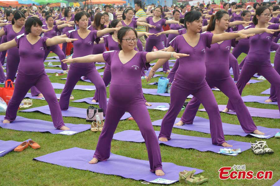 505 pregnant women set new Guinness Record on yoga (2) - People's ...