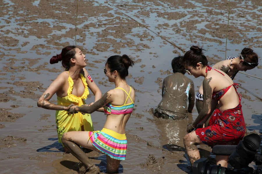 bd2ba862634c4 Bikini girls shine in  Sea Mud Carnival  (17) - People s Daily Online