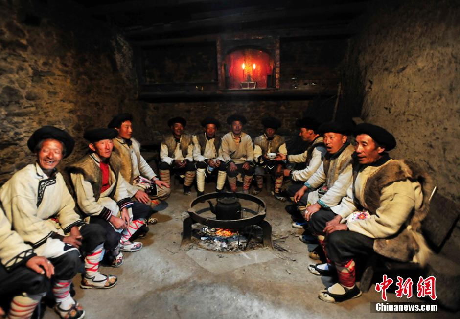 "September 1 is the day for Qiang people to worship their god ""baihaha"". They dress up to attend the ceremony held in the Baikong temple, where farming culture, traditional magic are displayed. (Chinanews.com/An Yuan)"