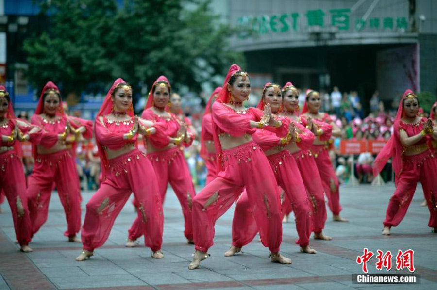 Damas' compete in square dance contest in Chongqing
