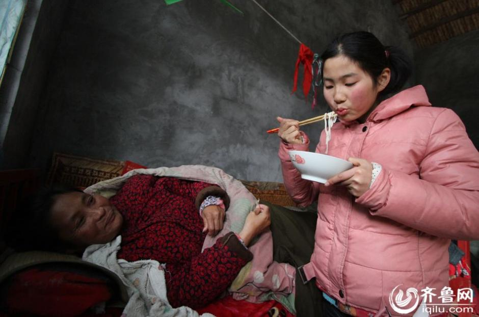 Left-behind girl Zhang Mingyan, 11, takes care of her bedridden mother alone. Her mother has serious spinal problems and can't get out of bed. Her father has gone out to work for a long time. The little girl supports the whole poor family. (iqilu.com/Qi Jingfeng))