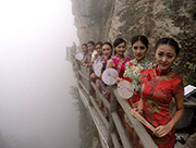 Beauties give cheongsam show on 2,000-meter-high cliff