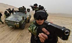 Soldiers of Xinjiang Armed Police Corps conduct training on sandy days