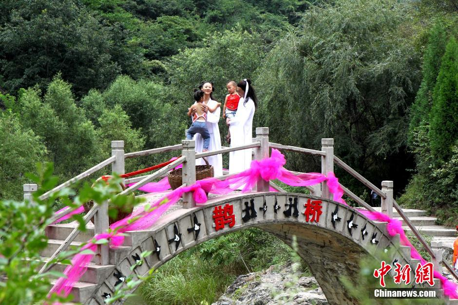 Chinese couple dresses up as cowherd and weaver girl on Chinese Valentine's Day