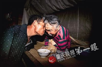 Armless Man Uses Mouth to Spoon-feed His 91-Year-Old Bedridden Mother