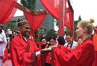 Foreigners experience tranditional Chinese wedding