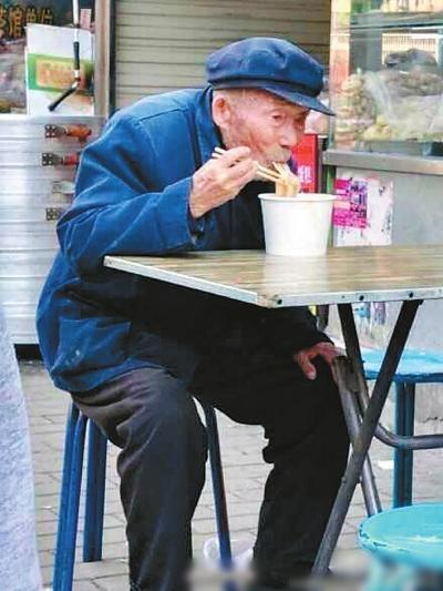 Elderly man eats noodles. (Photo/Weibo)