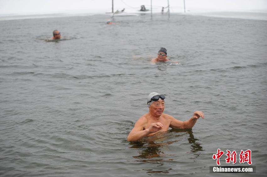 Enthusiasts enjoy winter swimming in Changchun