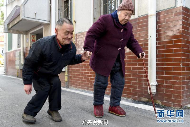 Yu Zhongjie and his step mother. (Photo/Xinhua)