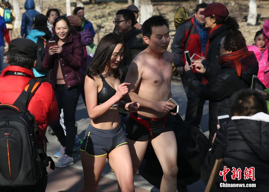 'Naked run' race held in Beijing
