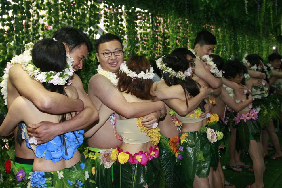 20 post-90s couples hold 'naked marriage' in E. China