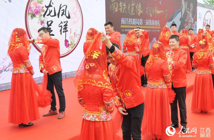 50 couples have traditional group wedding in Wuyuan
