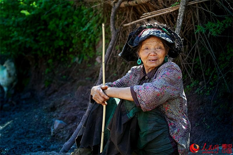 Moments in the life of Yi people in Daliang Mountains