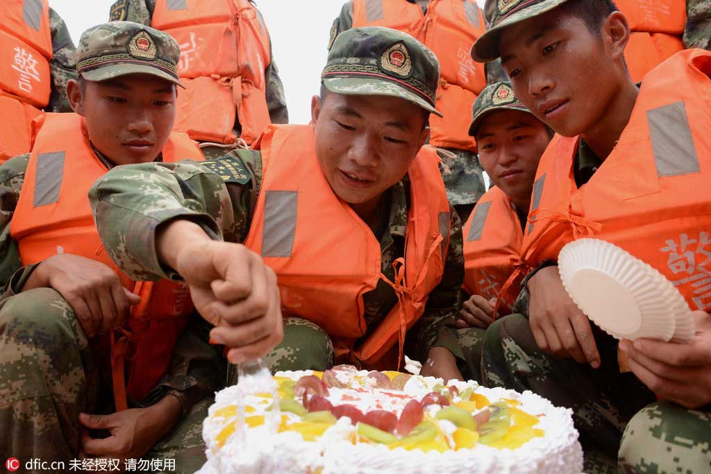 Citizens offer soldier 'long life noodles' at his birthday party in Jiangxi