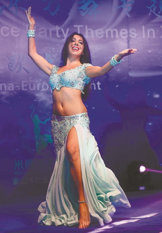 Czechic Belly Dancer Performed Her Hair-swinging Dance in Xiangyang