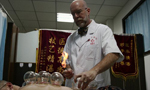 TCM cupping technique lures foreign doctors to learn and practice in China