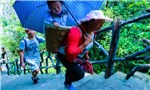 Child-carrying porters make a hard-earned living in Hubei's Enshi Grand Canyon Scenic Spot