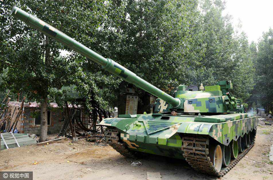 Young men in Shandong build full-scale tank model