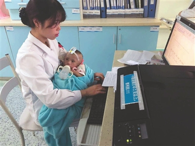 Multitasking neonatal nurse becomes online sensation