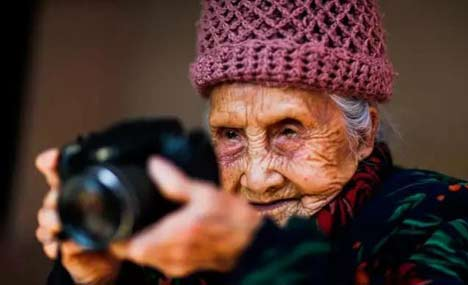 Chinese centenarian spreads love for photography