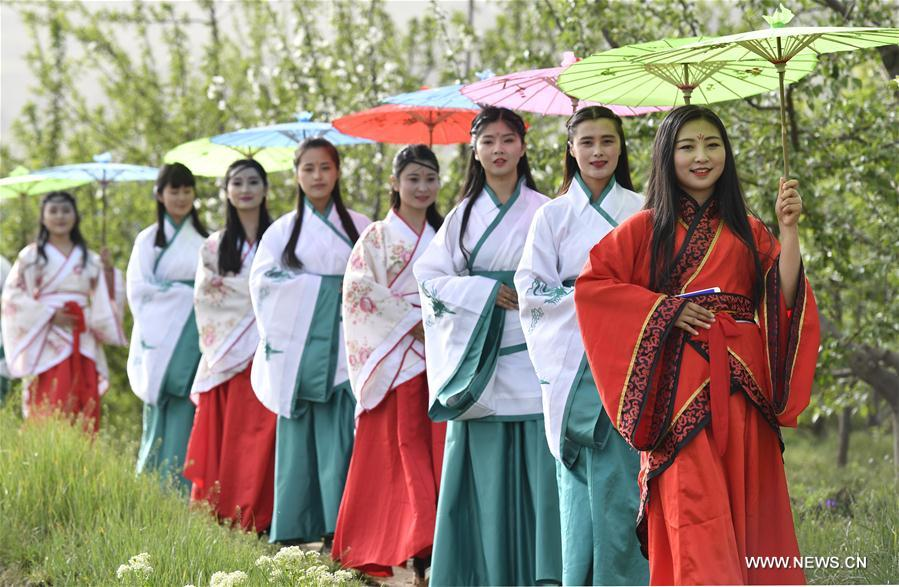 Girls present Han-style costumes in NW China's Gansu