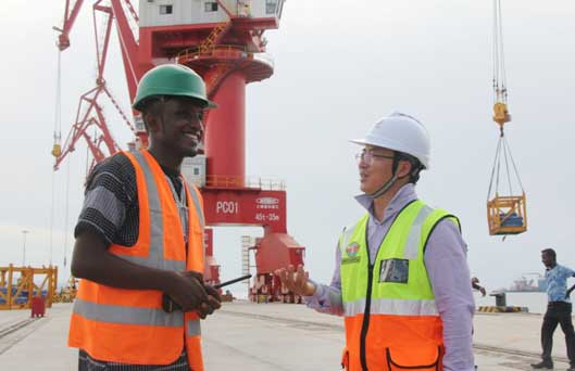 Chinese and Djiboutian administrative staff exchange views on a new dock built by China Merchants Group Limited (CGM) in the port in western suburb ofDjibouti. The multi-functional Doraleh dock has greatly improved the competence of the port. (Photo by Li Zhiwei from People's Daily)
