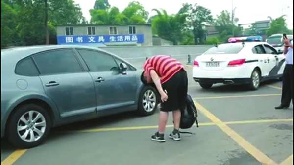 Student applauded for bowing to man who escorted him to college entrance exam venue