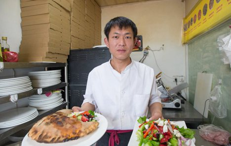 Pizza makers in China give Westerners a taste of home