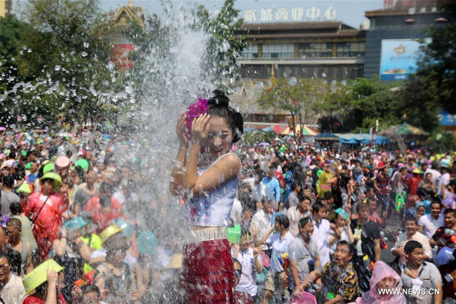 Water-sprinkling festival held in Yunnan to pray for good fortune