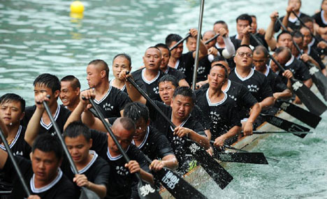 Training for dragon boat race held on Wuyang River