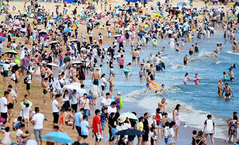 People play in seaside resort in Qingdao