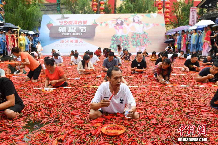 Chili-eating contest takes place in Hunan