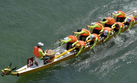 Dragon boat race held in Xuan'en County