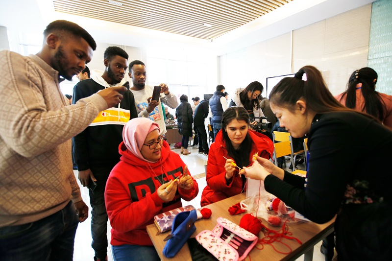 Foreign students celebrate Chinese New Year with local folk artisans in Shandong