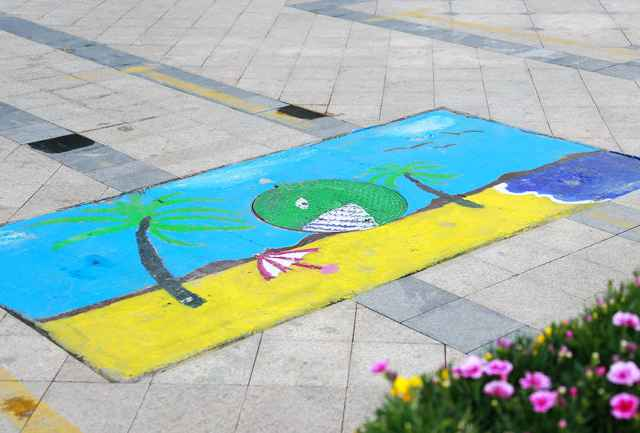 Pupils and parents decorate manhole covers in Zhengzhou