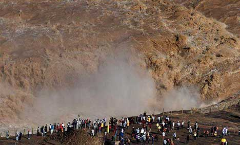 People watch scenery at Hukou Waterfall scenic spot