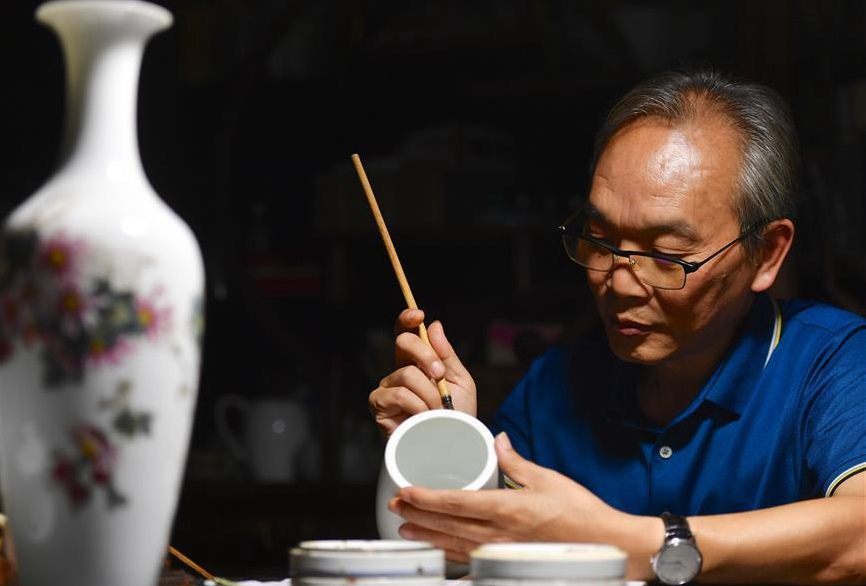 Pic story of inheritor of Jingdezhen porcelain painting in China's Jiangxi