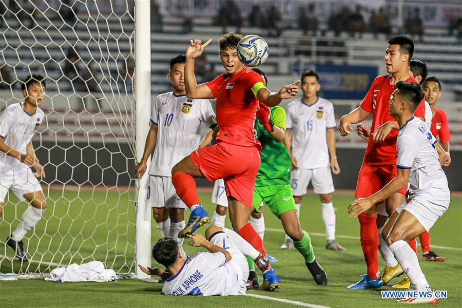 Players from Laos and Singapore compete during their men''s soccer first round match at the 30th SEA Games 2019 in Manila, the Philippines, Nov. 26, 2019. (Xinhua/Rouelle Umali)