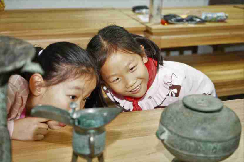 Children enjoy themselves in the educational events organized by Shanxi Bronze Museum. File photo