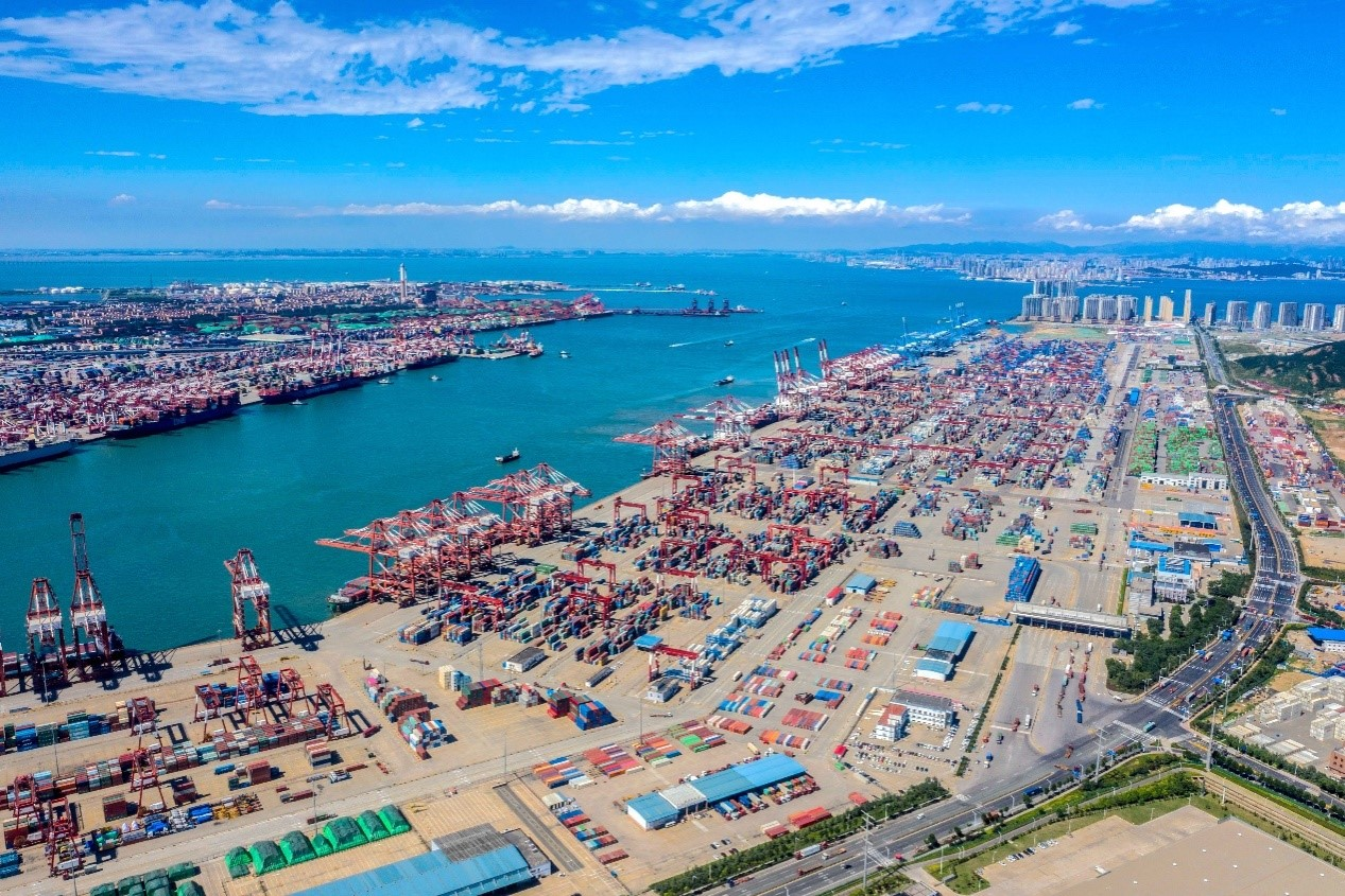 Photo taken on July 27 shows a busy scene in Qingdao Port, east China's Shandong province. People's Daily Online/Han Jiajun