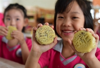 Children make mooncakes to celebrate upcoming Mid-Autumn Festival