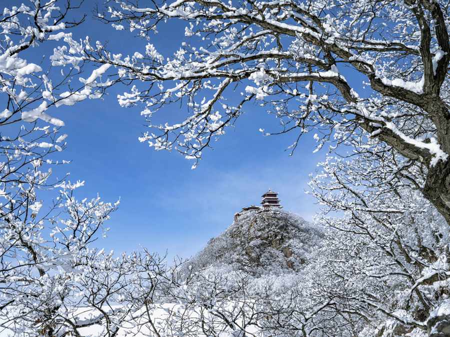 Spectacular view of Mount Wangwu after snowfall