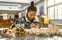 Silk figurines revitalize in Beijing